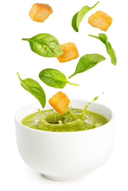 spinat und croutons in einer suppenschüssel fallen - spinatsuppe stock-fotos und bilder