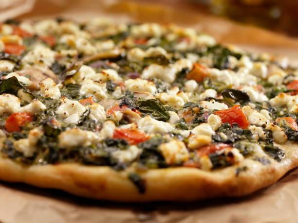 spinat und ziegenkäse pizza - fladenbrotpizza stock-fotos und bilder