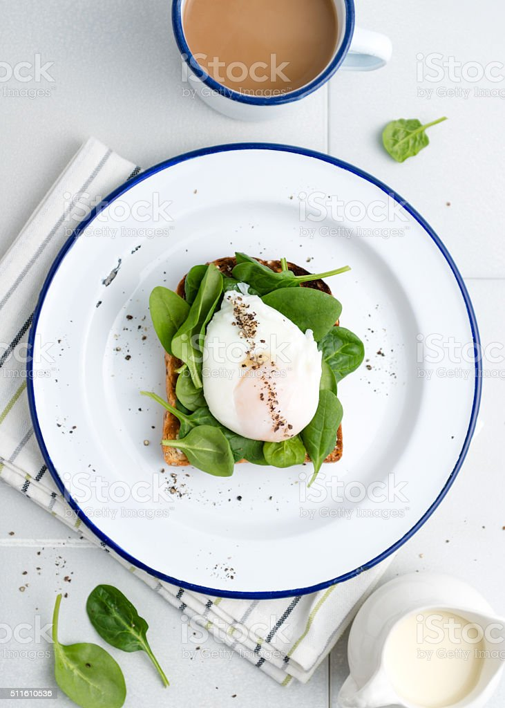 spinach and poached egg toast bildbanksfoto