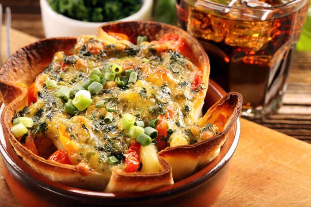 spinat auflauf backen mit käse und tomaten - ofengemüse mit feta stock-fotos und bilder