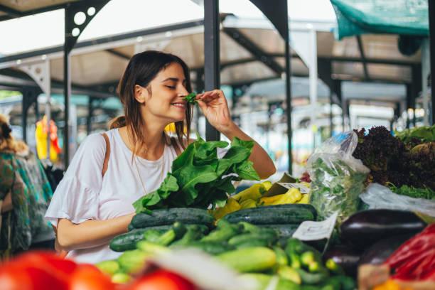 시금치는 맛 있는 하 고 건강 한 - 농산물 직판장 뉴스 사진 이미지