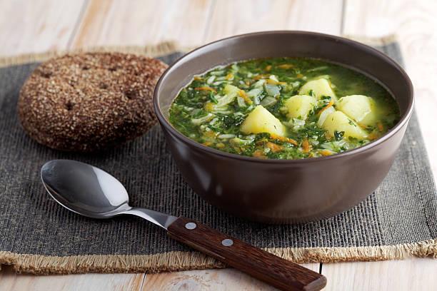 spinat-suppe und roggenbrot - spinatsuppe stock-fotos und bilder
