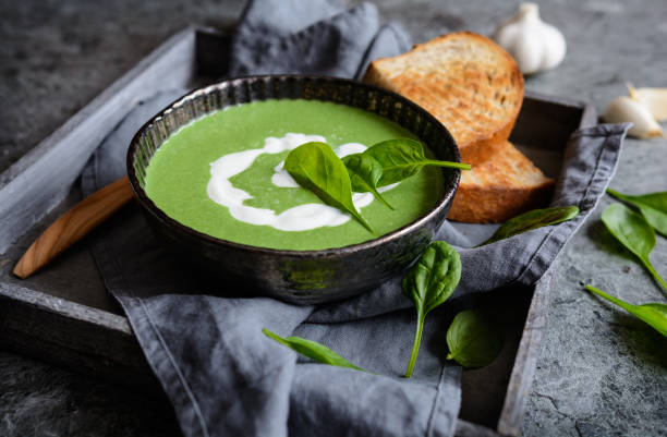 spinat-suppe mit saurer sahne - spinatsuppe stock-fotos und bilder