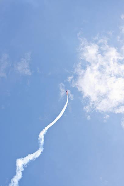 spinning in der luft - schrift am himmel stock-fotos und bilder