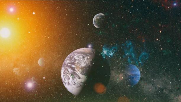 Uzayın derinliklerindeki sarmal galaksi. Boş uzayda bir gezegen ve galaksinin yıldızları. Renkli bulutsu ve evrendeki açık yıldız kümesi. Bu görüntünün unsurları NASA tarafından döşenmiştir. stok fotoğrafı