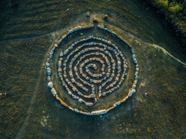 labyrinthe en spirale fait de pierres, vue supérieure du drone - cérémonie photos et images de collection