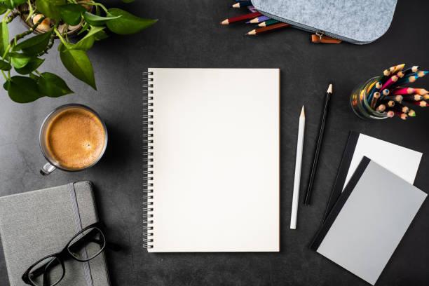 Spirale Notebook auf schwarzem Büro-Hintergrund – Foto