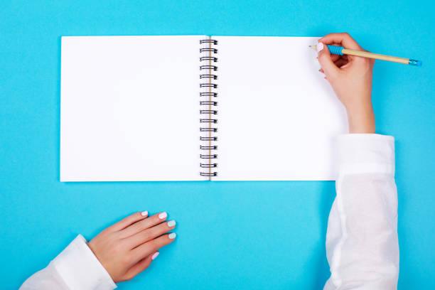 spiral-notizblock mit bleistift als mock-up für design - pastellstifte stock-fotos und bilder