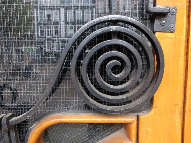 spiraal van zwart geschilderd gietijzer op een houten deur foto
