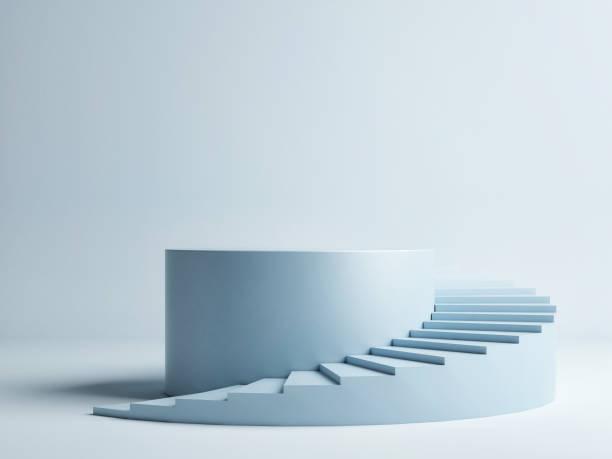 Spiraltreppe mit Sockel, Siegerpodest auf blauem Hintergrund – Foto