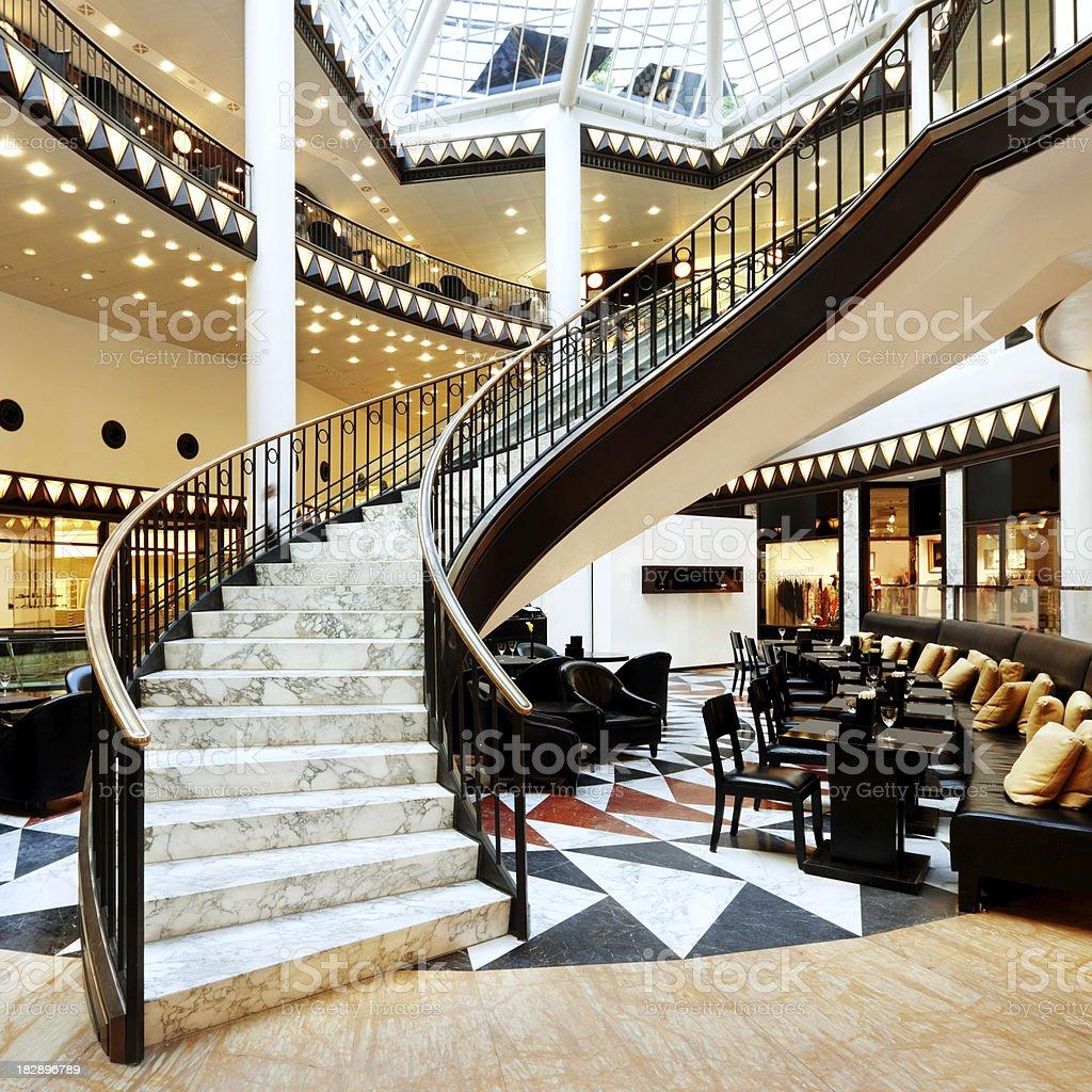 Escalera De Caracol En Un Centro Comercial En Berlín - Fotografía de ...