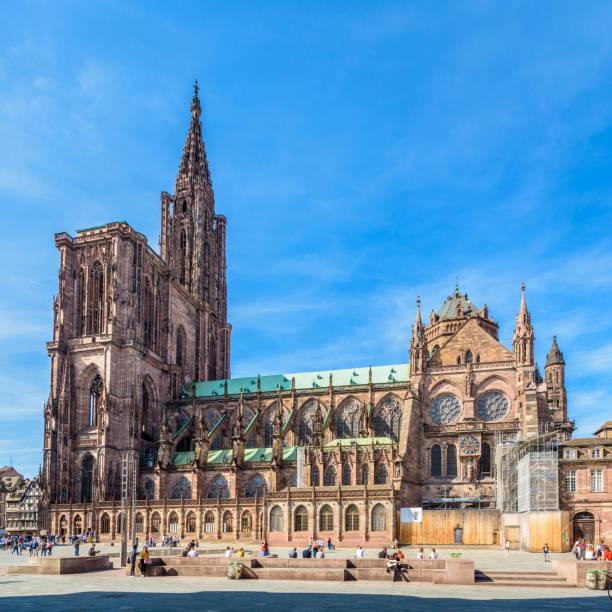 Spire et côté sud de la cathédrale Notre-Dame de Strasbourg, France. - Photo