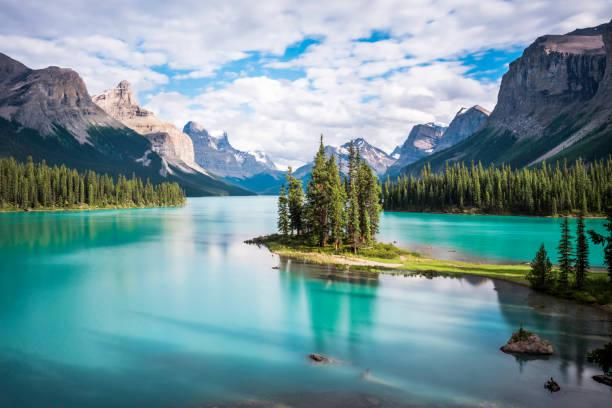 spirit island in maligne lake at sunset, park narodowy jasper, alberta, kanada - kanada zdjęcia i obrazy z banku zdjęć