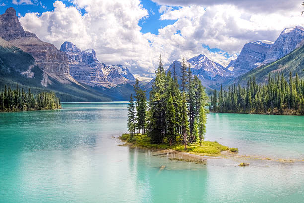 spirit island with mountains in the background - lake louise stockfoto's en -beelden