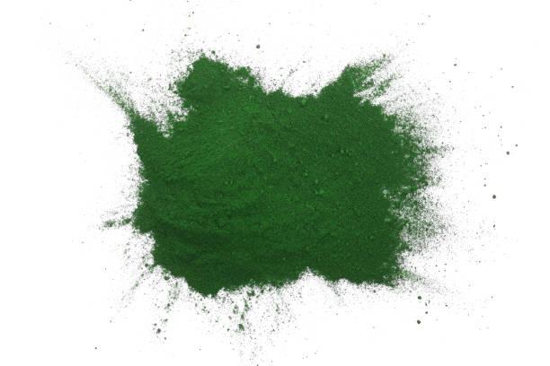spirulina alger pulver isolerad på vit bakgrund. ovanifrån - spirulinabakterie bildbanksfoton och bilder