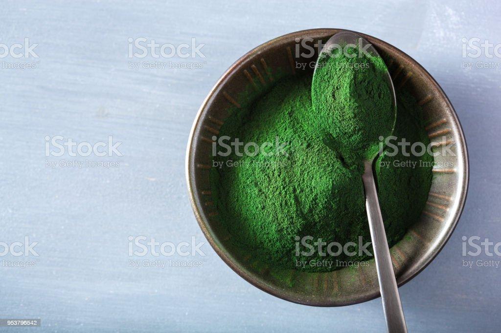 suplemento alimenticio saludable de espirulina en polvo - foto de stock