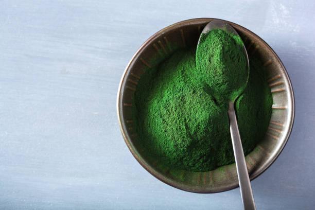 spirulina pulver hälsosamma kosttillskott - spirulinabakterie bildbanksfoton och bilder