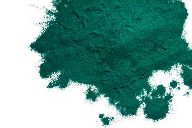 spirulina pulver isolerad på vitt. - spirulinabakterie bildbanksfoton och bilder