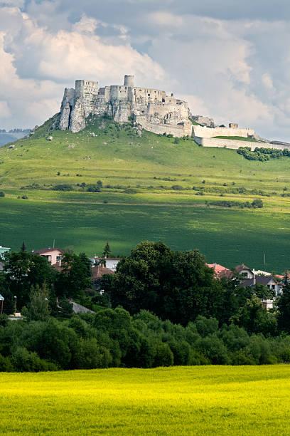 Château de Spis-Château fort de Spis, Slovaquie dans champ de Canola - Photo