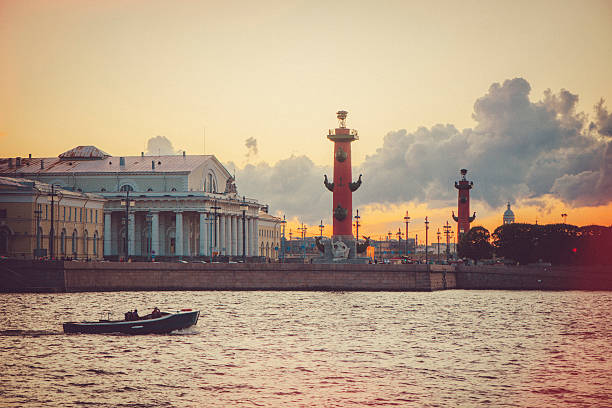 spit of vasilievsky island in sunset - neva stockfoto's en -beelden