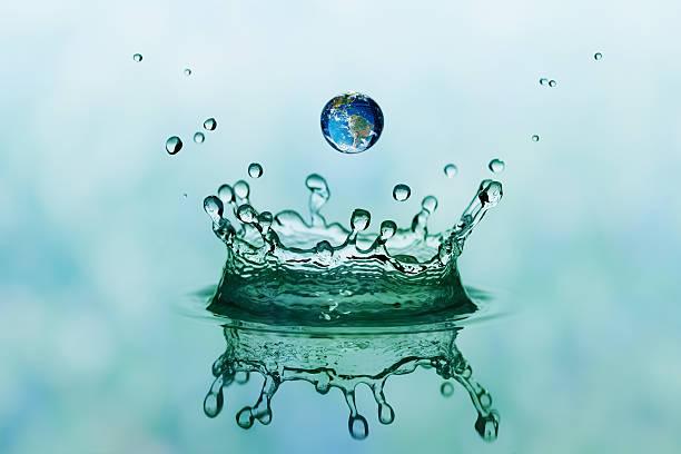 Splash and drop mit Reflexion der Welt – Foto