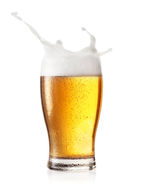 Respingo em um copo de cerveja - foto de acervo