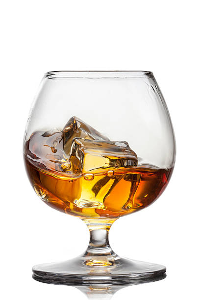 splash of whiskey with ice in glass isolated on white - 干邑 白蘭地 個照片及圖片檔