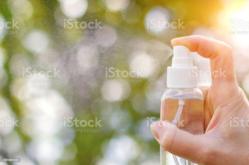 Éclaboussures de pulvérisation dans la main. - Photo