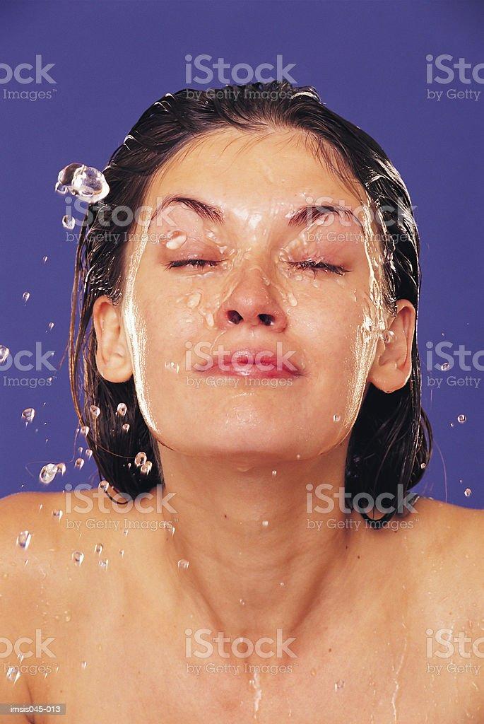 Spritzendes Wasser Gesicht Lizenzfreies stock-foto