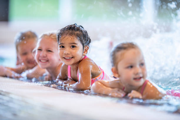 spetterend kids - swimmingpool kids stockfoto's en -beelden