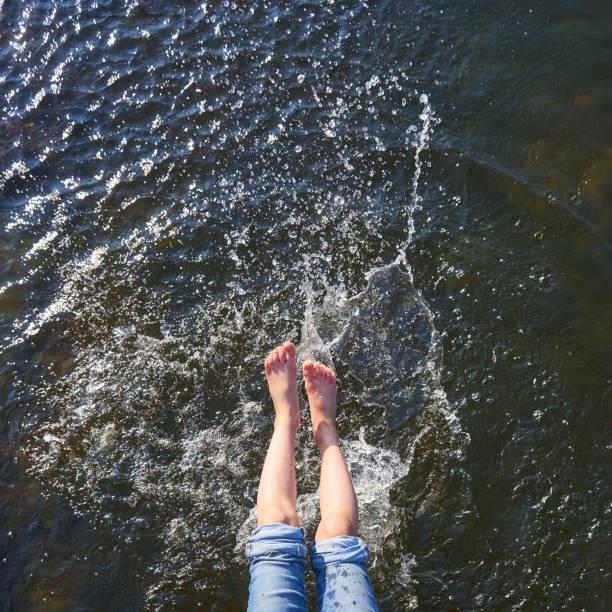 stänkande vatten av fötterna på varm sommardag. - flod vatten brygga bildbanksfoton och bilder