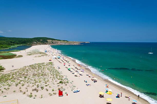 splashing waves on the beach - bulgarian seaside landscapes - bulgarije stockfoto's en -beelden