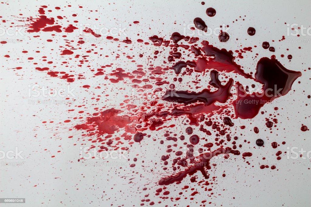 Spetterde bloed vlek geïsoleerd op een witte achtergrond - foto foto