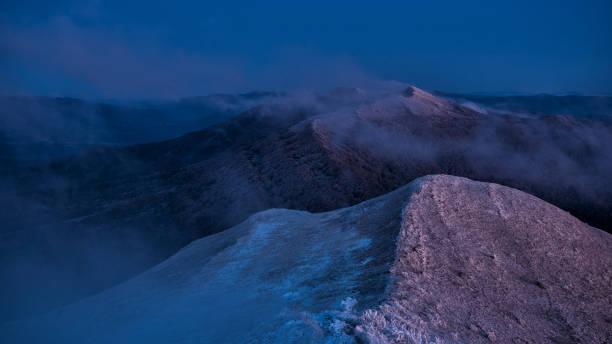 Herrlicher Bergsonnenaufgang. Berge Silhouetten auf einem Beauty-Hintergrund. – Foto