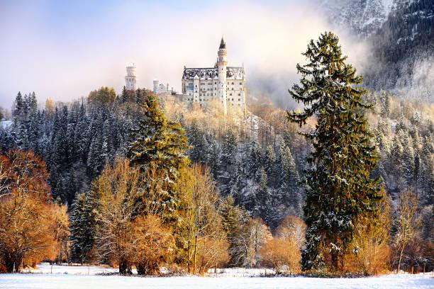 herrlichen szene des königlichen schloss neuschwanstein und umgebung in bayern (deutschland). - allgäu stock-fotos und bilder