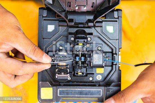 Splicing machine for fusion splice a fiber optic cable