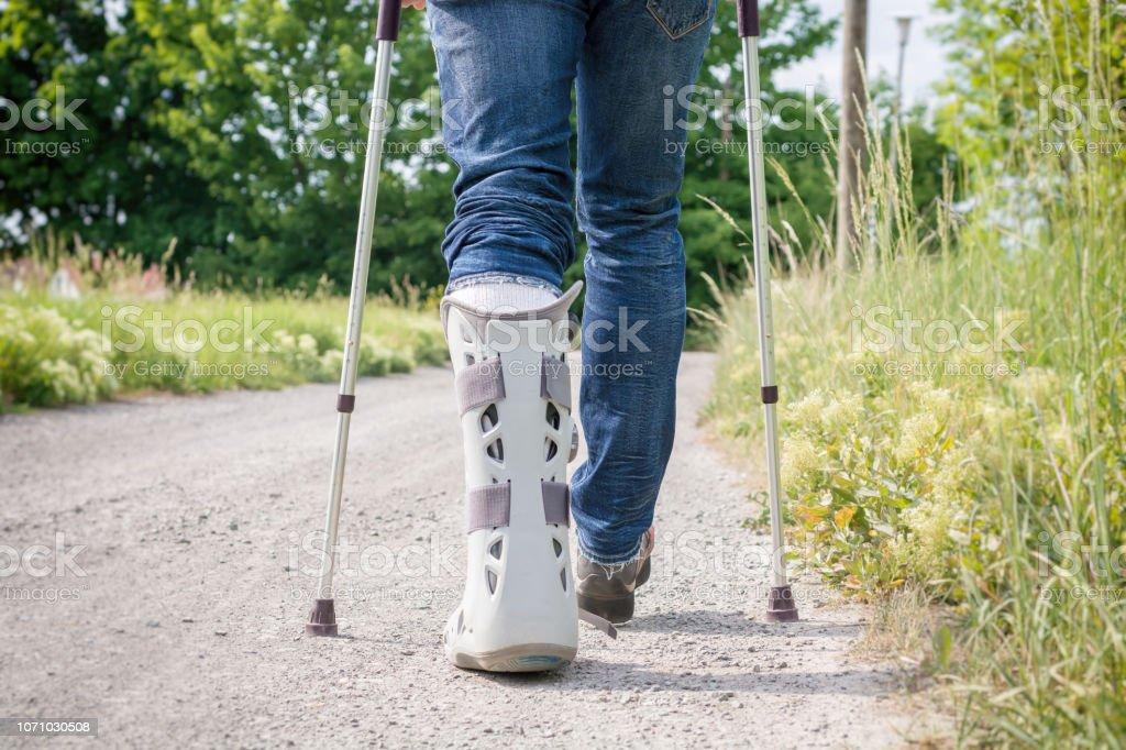 Schiene im Fußbereich und unteren Beinbereich nach Ruptur der Achillessehne mit einer Orthese – Foto