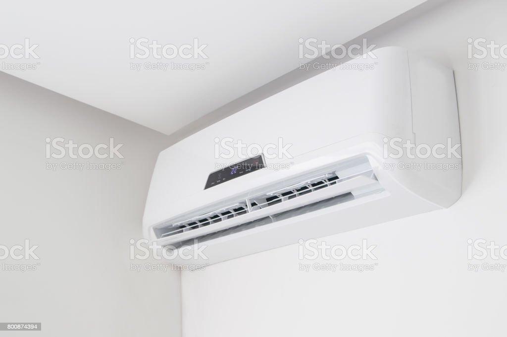 Closeup de acondicionador de aire Split en la pared blanca en piso interior - foto de stock