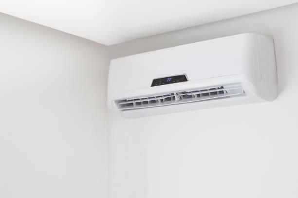 Split-Klimagerät auf einer weißen Wand in Wohnung im Haus – Foto
