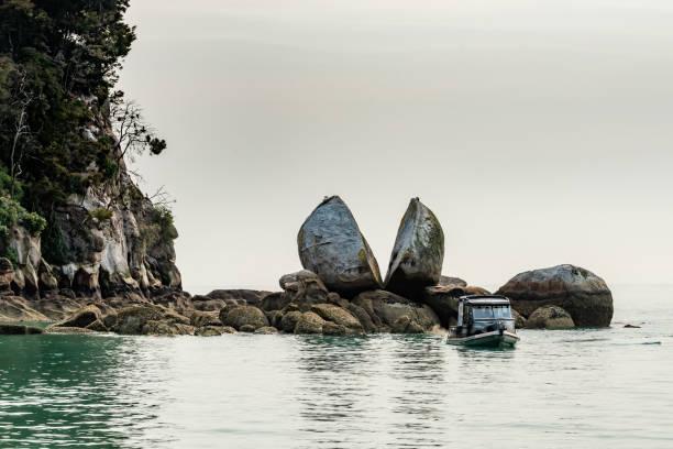 아벨 태즈만 국립공원, 카이테리테리, 뉴질랜드의 스플리트 애플 바위 - 태즈먼 해 뉴스 사진 이미지