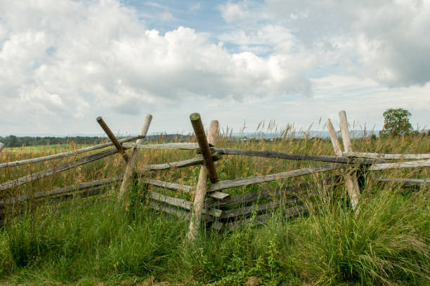 Split Rail Fence A split rail fence at the Gettysburg National Battlefield. robert e. lee stock pictures, royalty-free photos & images