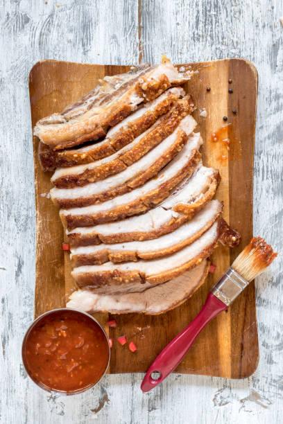 partido de panceta de cerdo asada - tocino fotografías e imágenes de stock