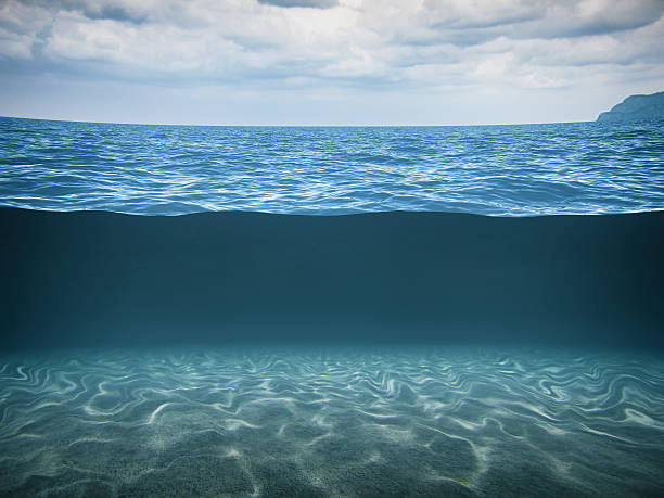 split shot of the deep blue sea - ocean under water stockfoto's en -beelden