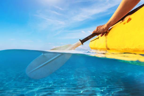 Geteilte Ansicht der Person Kajak in transparent blaues Meer, unter Wasser und über Wasser-Fotografie von Kajak und Paddel in warmen tropischen Reiseziel für Urlaub Ferien – Foto