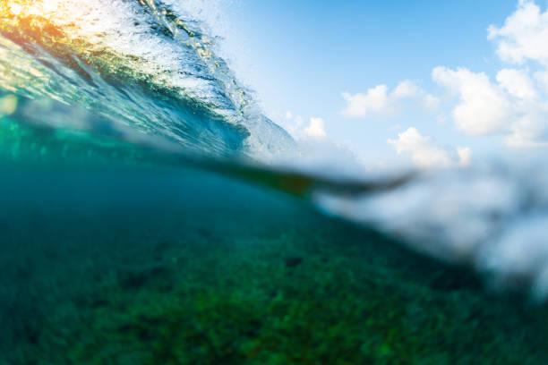 geteilte bild des ocean wave - roll tide stock-fotos und bilder