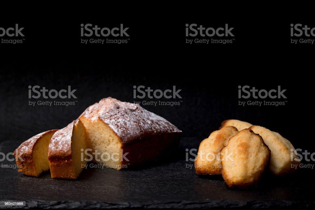 sponge cake and madeleines - Zbiór zdjęć royalty-free (Ciasto)