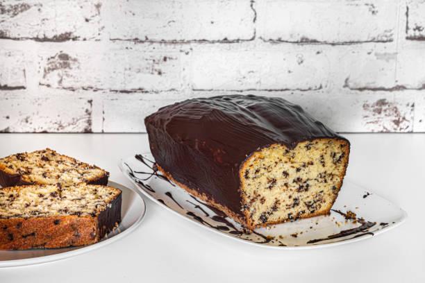 Schwammkuchen, Topfkuchen oder auch Boxkuchen mit Schokoladensauce genannt, in Scheiben geschnitten – Foto