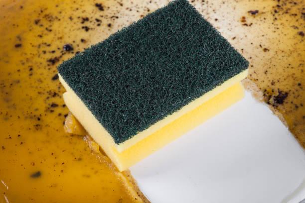 een koekenpan in schone spons - oil kitchen stockfoto's en -beelden