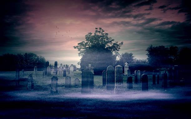 spuk friedhof - halloween grabsteine stock-fotos und bilder