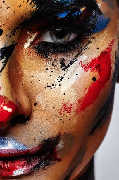 gruselige halloween clown kreative make-up - horror zirkus stock-fotos und bilder